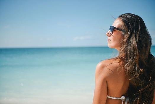 sea sunny person beach medium - 乾燥肌は夏場のお手入れで差がつく!お手入れ法公開