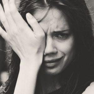 crying woman 300x300 - 「一生の安定」を求める女子は必見!知るは一時の面倒、知らぬは一生の負け犬。【前編】