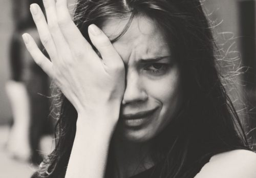 crying woman 500x348 - 「一生の安定」を求める女子は必見!知るは一時の面倒、知らぬは一生の負け犬。【前編】