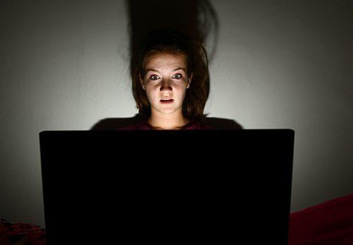 staying up late 3461794b 500x348 - 天才に近づく?やる気ホルモン「ドーパミン」を増やすには