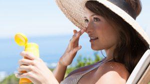 woman applying sunscreen 300x169 - 肌への悪習慣チェック。あなたは大丈夫?