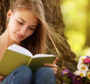 Girl Reading Book alignthoights 300x278 - カンジダダイエットを成功させるポイント!カンジダを増やさない